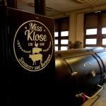 Miss Klose Smokery & Barbeque:n melkoiseen savustuslaitokseen maalattu logo. testinä että kestääkö kuumaa... no kestää se. Enemmän kuin maalivalmistaja lupaa.