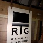 Rauman Taidegraaffikoille maalattu kaksipuoleinen kyltti tarran tilalle. Tarra ei pysynyt.. tämä pysyy!